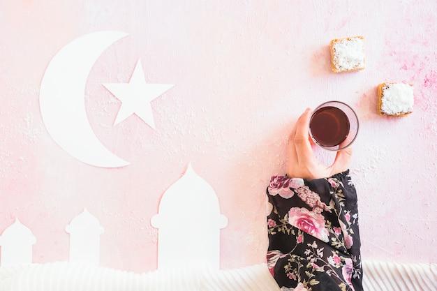 Hand die thee van islamitische samenstelling neemt