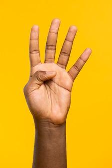 Hand die vier vingers toont