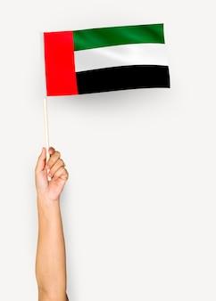 Hand die vlag van verenigde arabische emiraten toont