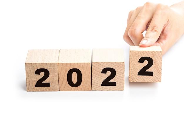Hand draait een blok om en verandert 2021 in 2022