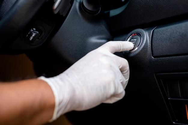 Hand dragen witte handschoen en duwen start / stop-knop