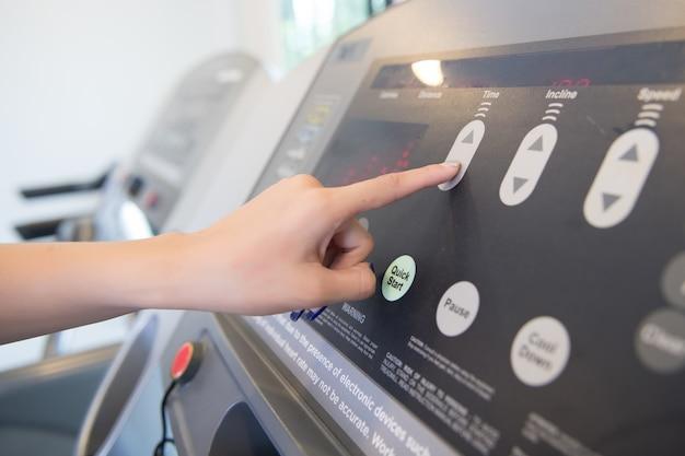 Hand druk op knop op trainingsapparatuur
