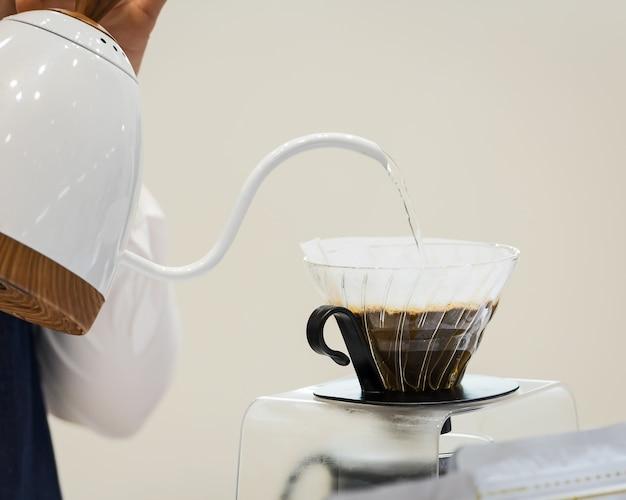 Hand druppel koffie.
