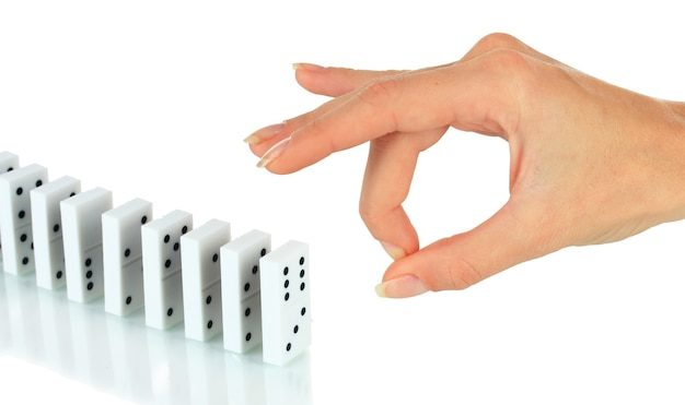 Hand duwen dominostenen geïsoleerd op wit