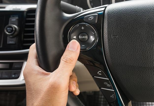 Hand duwt de cruise control-knop op een besturing