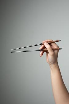 Hand eetstokje aziatisch japans chinees eten stijl traditioneel