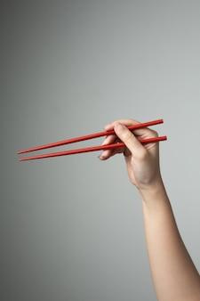 Hand eetstokje rode kleur aziatisch japans chinees eten stijl traditioneel