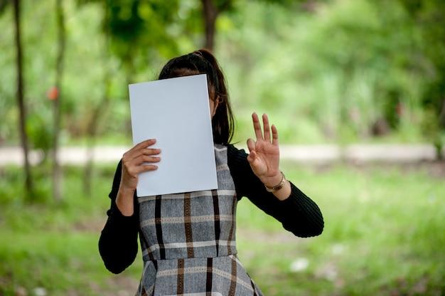 Hand en boek van jonge vrouwen is het lezen van boeken voor het onderwijs concept van het onderwijs