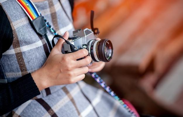 Hand en camera van een reisfotograaf