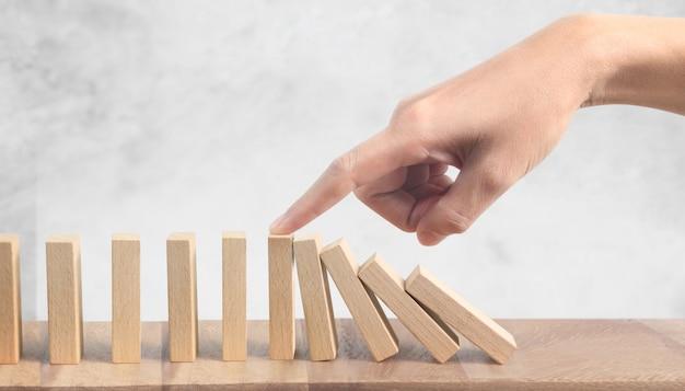 Hand- en domino-effect gestopt met een vinger