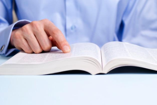 Hand en een boek