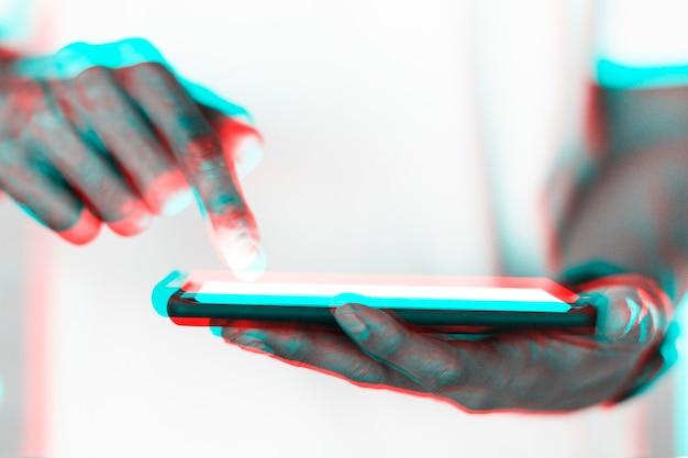 Hand- en futuristische smartphone in dubbel kleurbelichtingseffect