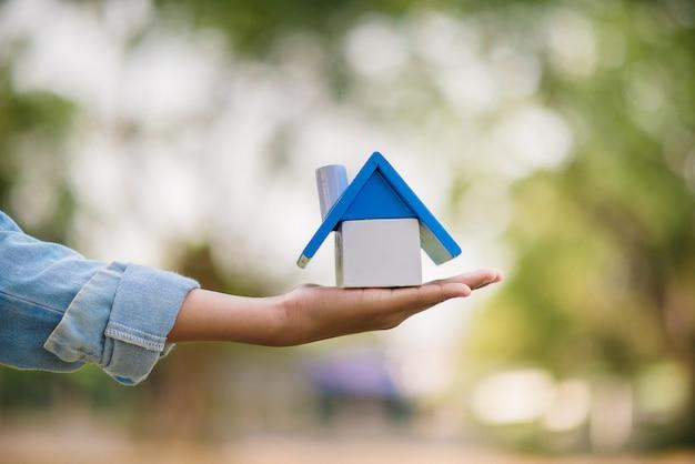 Hand en huis van mensen die dromen hebben