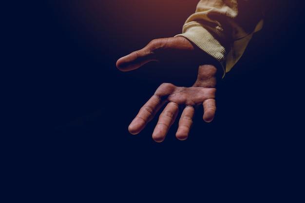 Hand- en lichtbeelden die in het silhouet schijnen