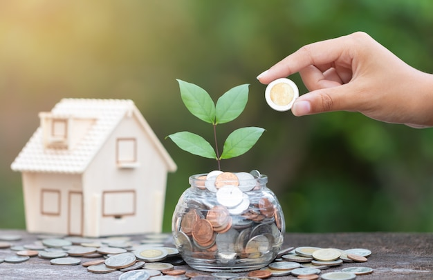 Hand en munten concept geld besparen voor thuis,