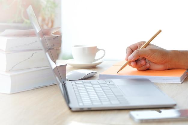 Hand en schrijven op een notitie