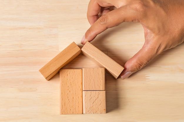 Hand gebouw huis met houten blokken