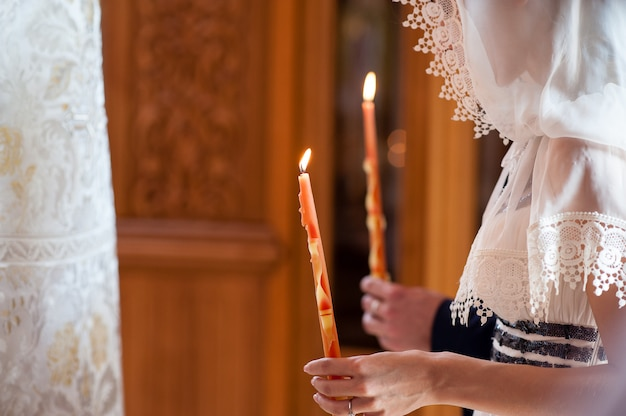 Hand gehouden kaarsen in de kerk