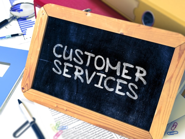 Hand getekend klantenserviceconcept op schoolbord. onscherpe achtergrond.