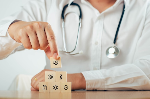Hand getrokken houten blokregeling met medische pictogrammen voor de gezondheidszorg - gezondheidsconcept