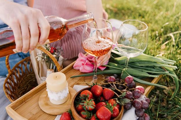 Hand gieten wijn in glazen
