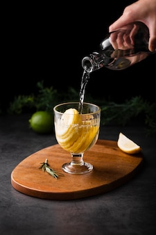 Hand gietende champagne met citroenplak