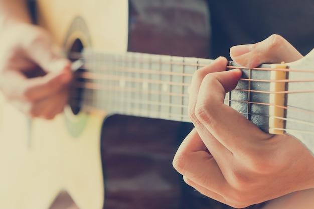 Hand gitaar spelen