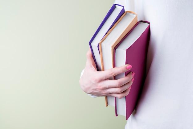 Hand grijpen sommige boeken met verschillende kleuren