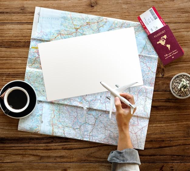 Hand hold toy vliegtuig reizen paspoort ticket map