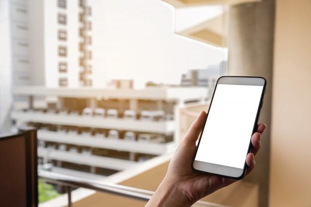 Hand houd mobiele telefoon. mock up on screen, communicatietechnologie