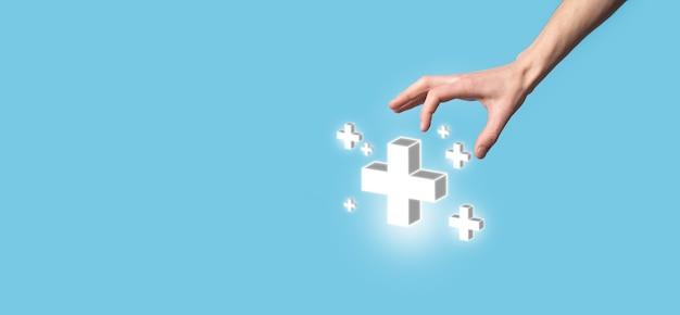 Hand houden 3d plus pictogram, man in de hand houden bieden positieve dingen zoals winst, voordelen, ontwikkeling, mvo vertegenwoordigd door plusteken. de hand toont het plusteken