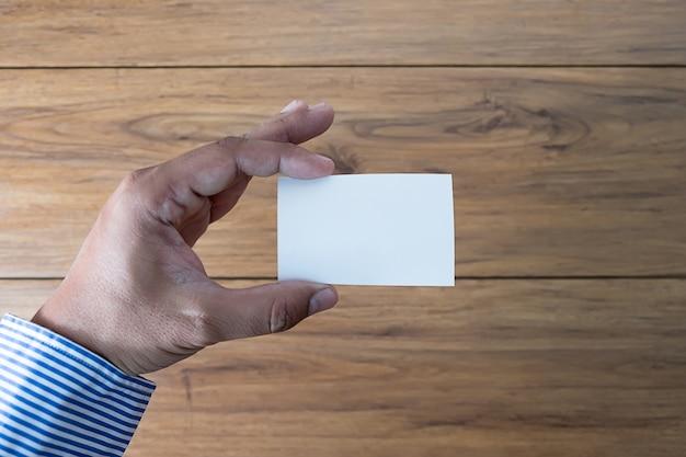 Hand houden lege witte kaart mockup business branding.