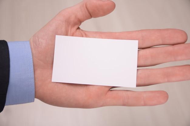 Hand houden lege witte kaart mockup met afgeronde hoeken. duidelijke telefoonkaart mock-up sjabloon met arm. voorkant van plastic visitekaartje. controleer het ontwerp van de offsetkaart. zakelijke branding.