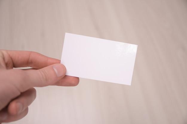 Hand houden lege witte kaart mockup met afgeronde hoeken