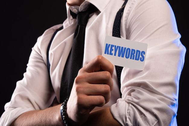 Hand houden letters voor keyword-concept op kaart.