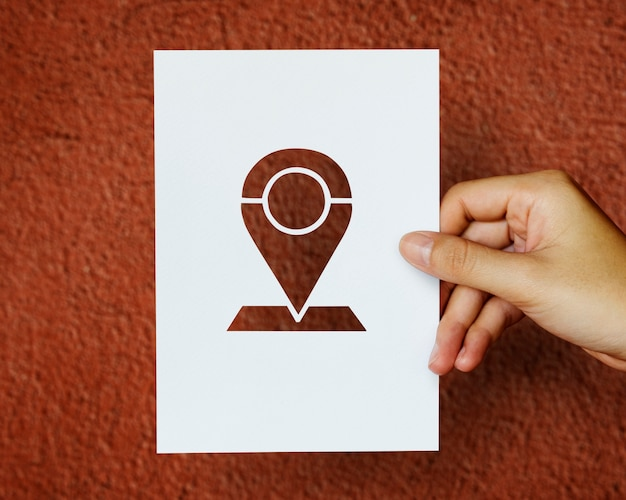 Hand houden pin tag papier snijwerk met rode achtergrond