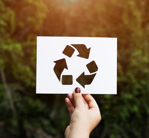 Hand houden recycle teken papier carving