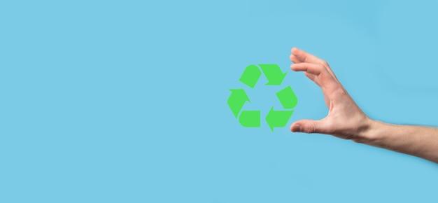 Hand houden recycling icoon. ecologie en hernieuwbare energie concept.eco teken, concept save groene planeet. symbool van milieubescherming. recycling van afval. symbool van de dag van de aarde, concept van natuurbescherming.