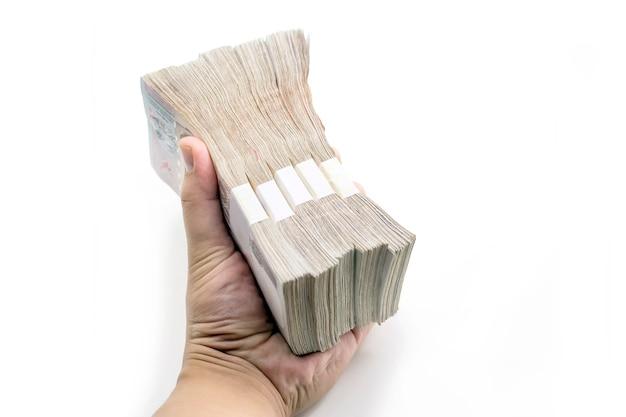 Hand houden veel geld op witte geïsoleerde achtergrond (inclusief pad)