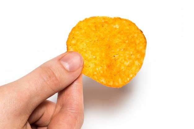 Hand houdt chips. geïsoleerd op een witte achtergrond.