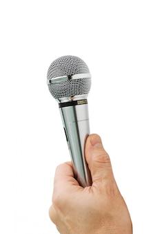 Hand houdt de microfoon geïsoleerd op een witte achtergrond
