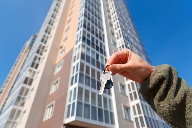 Hand houdt de sleutels van een nieuw appartement