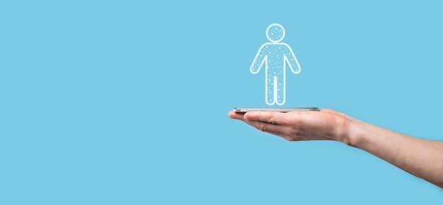 Hand houdt man persoon pictogram op donkere toon achtergrond. hr mens, mensen icon technologie proces systeem bedrijf met werving, huren, teambuilding. organisatie structuur concept.