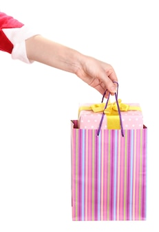 Hand houdt pakket met nieuwjaarscadeau op wit wordt geïsoleerd