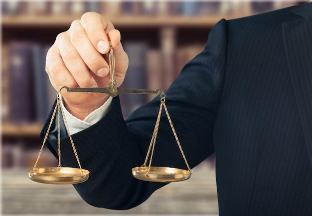 Hand houdt schalen symbool van rechtvaardigheid