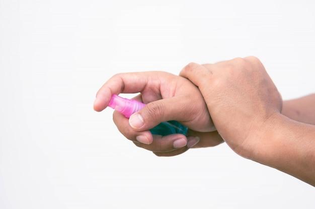 Hand houdt spuitfles 70% alcohol vast om coronavirus of covid-19 te voorkomen.