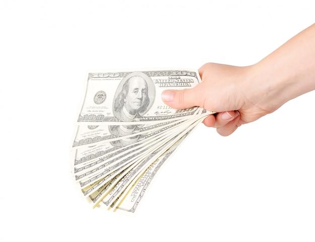 Hand houdt stapel van honderd-dollarbiljetten