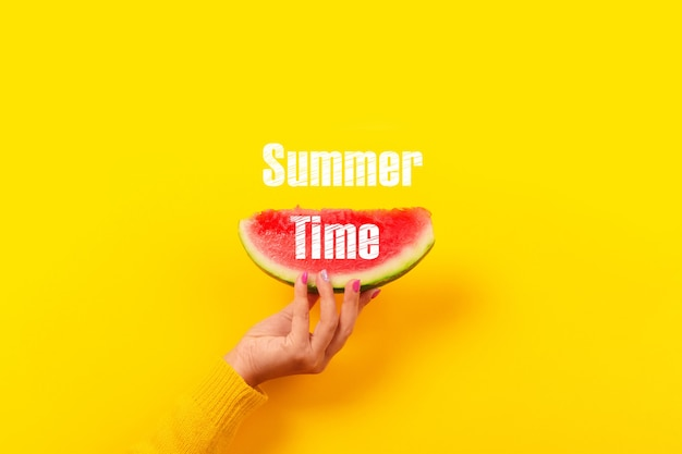 Hand houdt watermeloenplak. zomer concept.