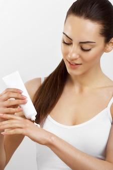 Hand huidverzorging. close-up van vrouwelijke handen met crème buis