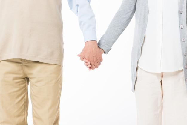 Hand in hand dicht omhoog van oude paren